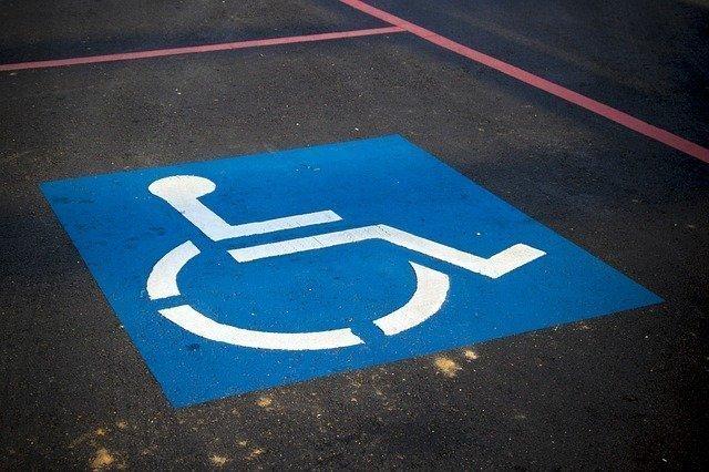 Imagen plaza de aparcamiento para personas con discapacidad.