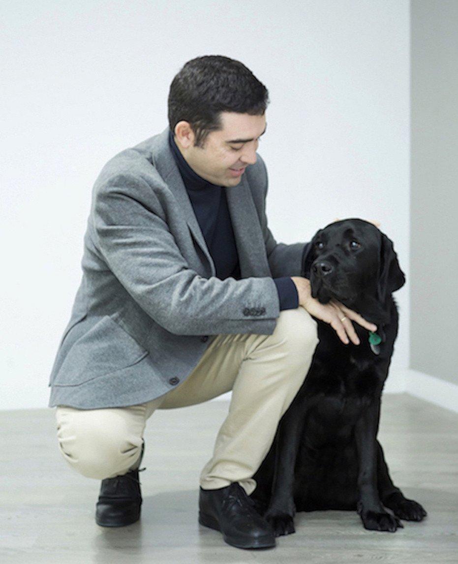 Enrique Pérez posa junto a su perro guía.