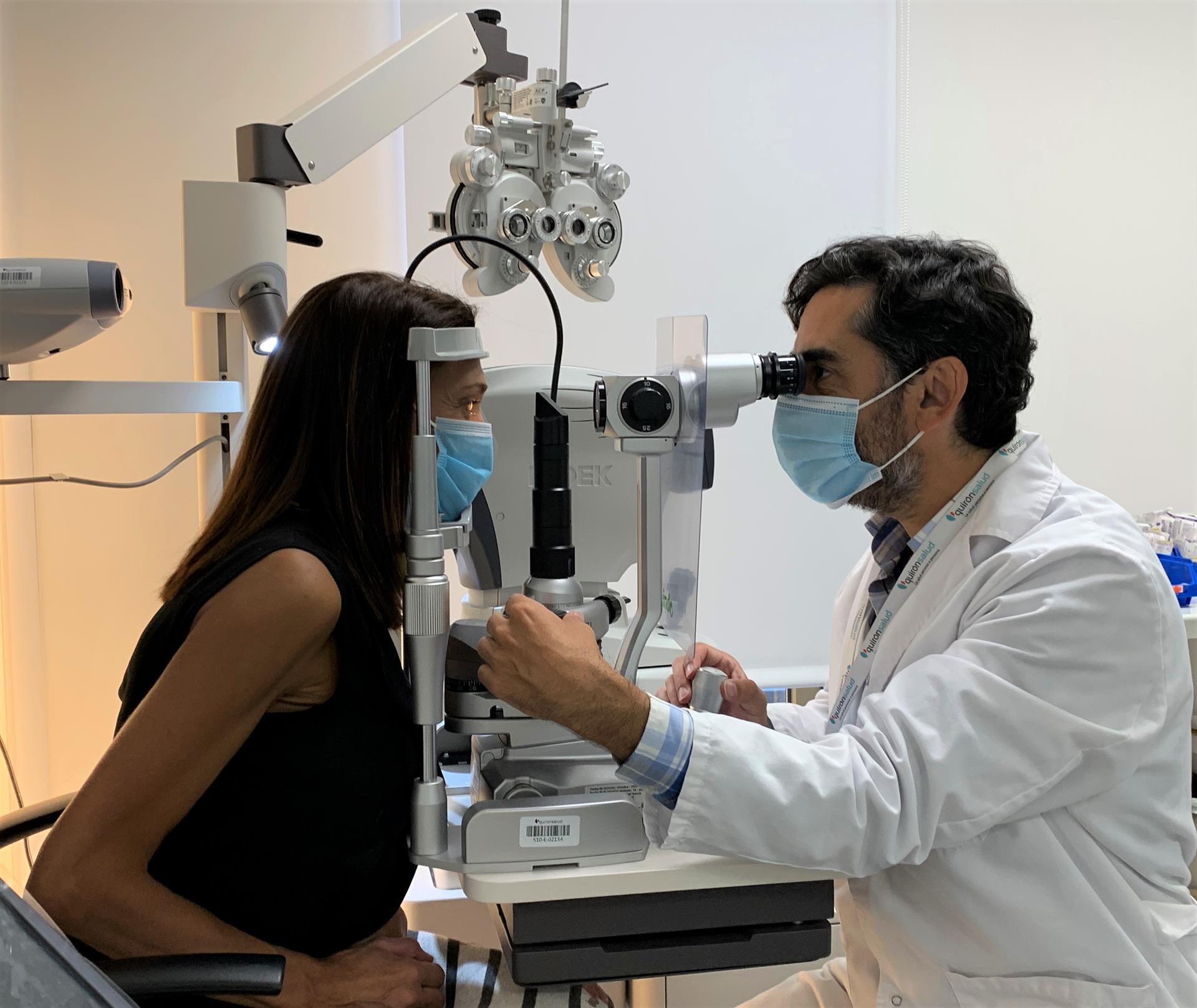 El doctor Rafael Giménez, especialista del servicio de Oftalmología del Hospital Quirónsalud Córdoba, pasa consulta / © Hospital Quirónsalud Córdoba